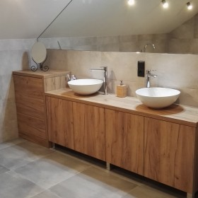 Duża nowoczesna łazienka na poddaszu