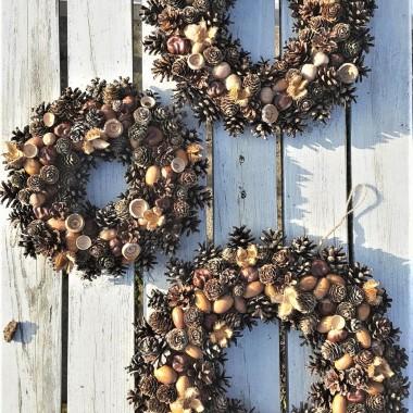 Naturalne, ekologicznie wianki wykonane z dobrodziejstw jakie dały nam mazurskie lasy. Do wykonania wianków użyto m.in. szyszek sosny, szyszek modrzewia, żołędzi, kasztanów oraz koszyczków nasion buka.Wianki ozdobią domy, ale również będą wyjątkowymi prezentami dla najbliższych.www.sklepludowy.pl