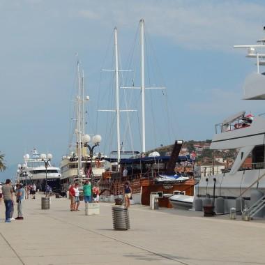 :)Wschodnie wybrzeże Adriatyku w paśmie łańcucha Gór Dynarskich...ChorwacjaKrajobraz zachwyca błękitem nieba i wody,blaskiem słońca i wyniosłością gór.W czasie naszego pobytu zwiedziliśmy :Senj,Zadar,Trogir,Wyspę Pag,Nin,Novalja ...oraz jeden z cudów świataPark Jezior Plitwickich...Zachwycam się...Mam świadomość,że najpiękniejsza fota nie oddaje rzeczywistego piękna tej ziemiZachwycam się...chorwacką gościnnością,skromnością chorwackich kobiet...w czasach kiedy wielu wpada w zachwyt nad samym sobą...jednak ta skromność jest zdumiewającaZachwycam się...bo chorwackie błękity są jak BAJKA :)