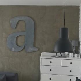 Ściana z surowym efektem i dodatki ze stali.