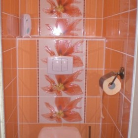 pomarańczowa toaleta