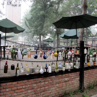 Chiny, jak ladnie mozna udekorowac taras butelkami... :)