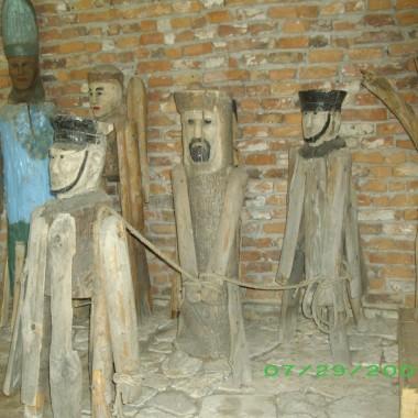 """W Tokarni znajduje się Park Etnograficzny gdzie można przenieść się w dawne czasy i poczuć klimat minionych dni. W skansenie znajduje się około 30 starych wiejskich budynków mieszkalnych i gospodarczych, drewniany kościół, drewniany dwór, wiatrak a także ekspozycję obrazów i rzeźb. Domy i inne budynki rozmieszczone są na pagórkowatym terenie i skupione na wzór dawnych wiosek. We wnętrzach można podziwiać oryginalne meble i całe wyposażenie domostw. Skansen w Tokarni jest """"perłą"""" województwa Świętokrzyskiego"""