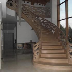 Schody gięte z recznie rzeźbioną balustradą,  Legar-stolarstwo.