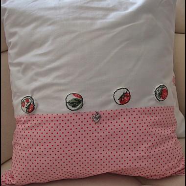 poduszka z truskawkowymi guzikami wykonanymi haftem krzyżykowym