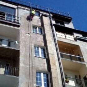 Pękający tynk zewnętrzny budynku – jak go bezpiecznie naprawić?