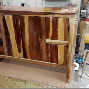 Meble łazienkowe  drewna wykończone na wysoki połysk w pełni wodoodporne.