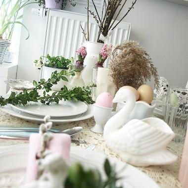 Stół Wielkanocny w pastelowych kolorach