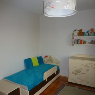 Doszło trochę turkusu i zieleni , pokój nieco się ożywił. Teraz chce zrobić coś na scenie nad łóżkiem by nie wyglądało tak pusto i blado. Nadal tez poszukuje dywanu i chętnie przyjmę propozycje. Lampa wisząca w końcu zmieniona ale do końca jeszcze trochę brakuje.