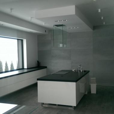 Płyty betonowe na ściany w kuchni. Producent betonu dekoracyjnego Luxum.