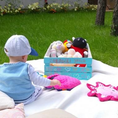 Mały Jaś uwielbia wyjmować zabawki ze skrzyni i się nimi bawić:)