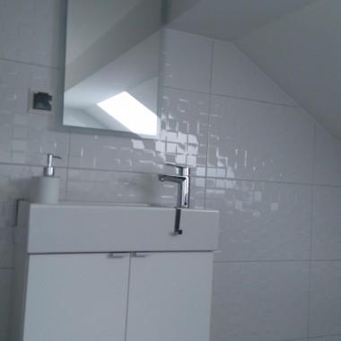 Sypialnia i toaleta na poddaszu. Łóżko z palet, pozostałe szafki i zagłówek to Ikea.