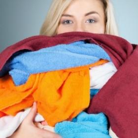 Wyblakła czerń, skurczony sweter? Nie ma problemu. Domowe sposoby na wpadki z praniem