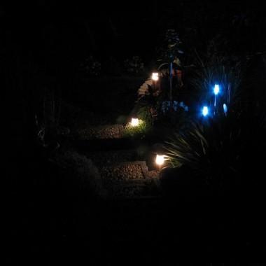schody w skalniaku nocą
