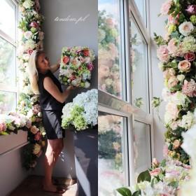 Kwiatowe dekoracje w pudrowych kolorach