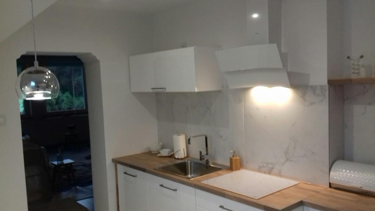 Zdjęcie 913 W Aranżacji Biała Kuchnia Z Drewnem I Marmurem