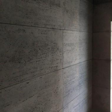 Płyty betonowe Luxum w klasie INDUSTRIAL, czyli płyty o mocnoporowatej, bogatej w raki strukturze, dającej wyjątkowo silny efekt dekoracyjny. Łatwy montaż na klej systemowy do betonu architektonicznego LUXUM.