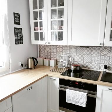 Nasze mieszkanie wciąż się zmienia, wraz z naszymi potrzebami. Jedyne co pozostaje niezmienne to jasna kolorystyka. Po więcej zapraszam na Instagram @pietine