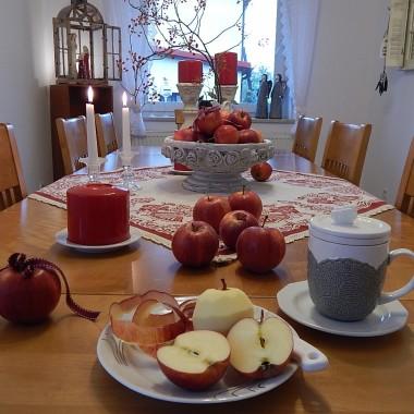 Przyszła jesień...zimna,szara,mokra...Zostawiła pod drzwiami skrzynkę czerwonych jabłek...oczywiście ,że to żart.Co drugi tydzień przyjeżdża pan ,który jest sadownikiem i zostawia jabłka...Będzie szarlotka...pieczone jabłka...Lubię kiedy w domu pachnie ciastem,cynamonem,wanilią...uwielbiam....Mam nadzieję,że wkrótce przestanie padać...i będziemy się cieszyć barwami jesieni.