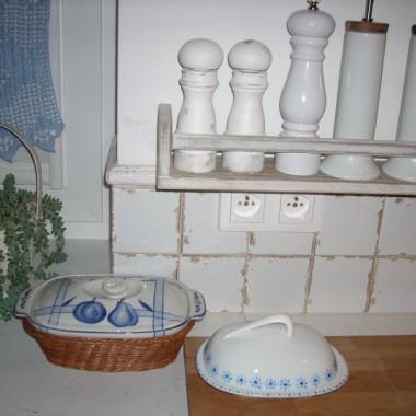 Malowania na porcelanie uczyłam się na tej maselniczce. Żadne to dzieło sztuki ale poszłam po rozum do głowy - zamiast bezskutecznie szukać czegoś w sklepach mogę zrobić sama :) Podobnie było z postarzanymi białymi młynkami do pieprzu.