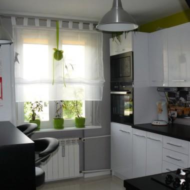 Biało czarna kuchnia z nutką zieleni i żółci