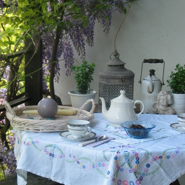 Dom pod kwitnącą wisterią