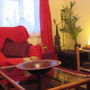 To skromnie urządzony pokój dzienny w wynajmowanym mieszkaniu
