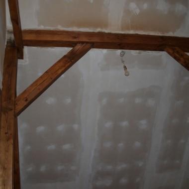 Hol na góze domu nie jest jeszcze pomalowany, za to belki sama odnawiałam:) Planowany kolor ścian: kawa z mlekiem czy coś takiego.