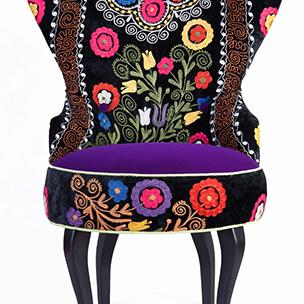 Designerske, tapicerowane fotele o zaokrąglonych kształtach. urzekające pięknymi kolorami wykonane z tkaniny suzani.  Suzani jest to haft ręczny lub maszynowy pochodzący z Uzbekistanu i innych krajów Azji Centralnej. Zazwyczaj haft jest wykonywany w żywych kolorach, jedwabną nitką na bawełnie lub welurze. Wielokolorowe meble Suzani nadają indywidualizm wnętrzom zarówno w przestrzeniach prywatnych jak i publicznych. Wykorzystanie Suzani w surowych, prostych wnętrzach  www.sklepludowy.pl