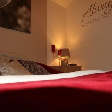 Sypialnia w czerwieniach