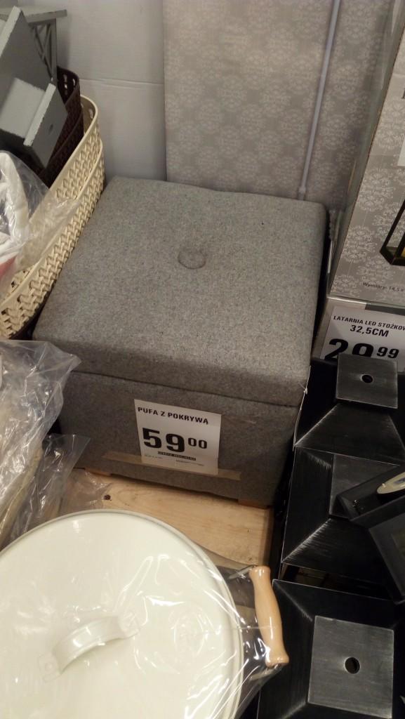 Garderoba, Kolejna zmiana ustawienia mebli;) - Jak uważacie, czy taka malutka pufka by pasowala do salonu? Jest na drewnianych nóżkach, w srodku schowek. 59zl.. jak uważacie?