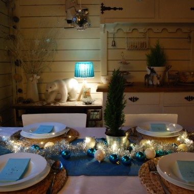 Zapraszam na Świąteczny czas do sielskiego domku, gdzie w jadalni panuje kraina lodu, a w pokoju ciepły klimat namalowany czerwienią.