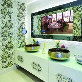 Łazienka z telewizorem ukrytym w lustrze