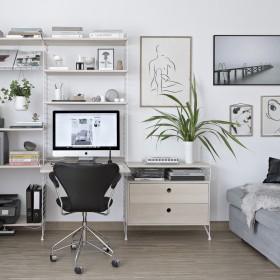 Domowe biuro w salonie