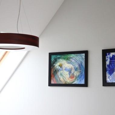 Oto reszta części dziennej naszego mieszkania - salonu połączonego z jadalnią i kuchnią, która powstała po wyburzeniu duuużej ilości ścian :) Jest to właściwie kontynuacja mojej pierwszej galerii. Od czasu mojego debiutu trochę się zmieniło. Moja sunia, która towarzyszyła mi przez ostatnie 10 lat, i która była bohaterką jednego ze zdjęć z pierwszej galerii niedługo po debiucie odeszła za Tęczowy Most ... :( I wierzcie mi, dom okazał się nagle bardzo pusty ... Obecnie tymczasowo mieszka z nami inna psinka - to ta czarna diablica na jednym ze zdjęć.W mieszkaniu wiecznie coś zmieniam, jest też parę rzeczy niedokończonych (np. dwie lampy - papierowe kule z Ikea od 2 lat są tymczasowe, pod ścianą z obrazami z aniołami ma stanąć konsola). Od czasu zamieszczenia pierwszej galerii doszła półeczka nad kominkiem, stojak na cd nad tv, pianino i inne drobiazgi :)Zapraszam.