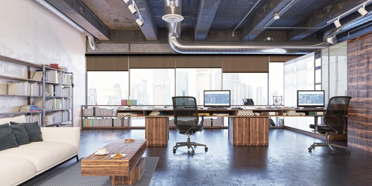 Gabinet, Pełen profesjonalizm, czyli o biurowych aranżacjach okiennych - Nie ulega kwestii, że priorytetem przy doborze aranżacji, które mają osłonić okna biurowe jest funkcjonalność. Stąd największą popularnością cieszą się dziś rolety: klasyczne materiałowe rolety, plisy, rolety 3D, typu dzień-noc oraz rzymskie z zastrzeżeniem, że te ostatnie są rozwiązaniem raczej do kameralnego biura, ponieważ dla utrzymania w czystości należy je prać, co może być niepraktyczne w typowych warunkach biurowych. Pozostałe typy rolet zostały wręcz stworzone do biur. Po pierwsze są niezawodne w ramach ochrony przed słońcem ze względu na wykorzystywane w nich tkaniny specjalistyczne, które zależnie do funkcji, jaką mają spełniać, charakteryzują się różną transparentnością.