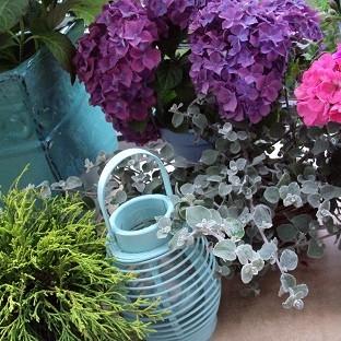 balkonik, a w nim kwiatki &#x3B;)