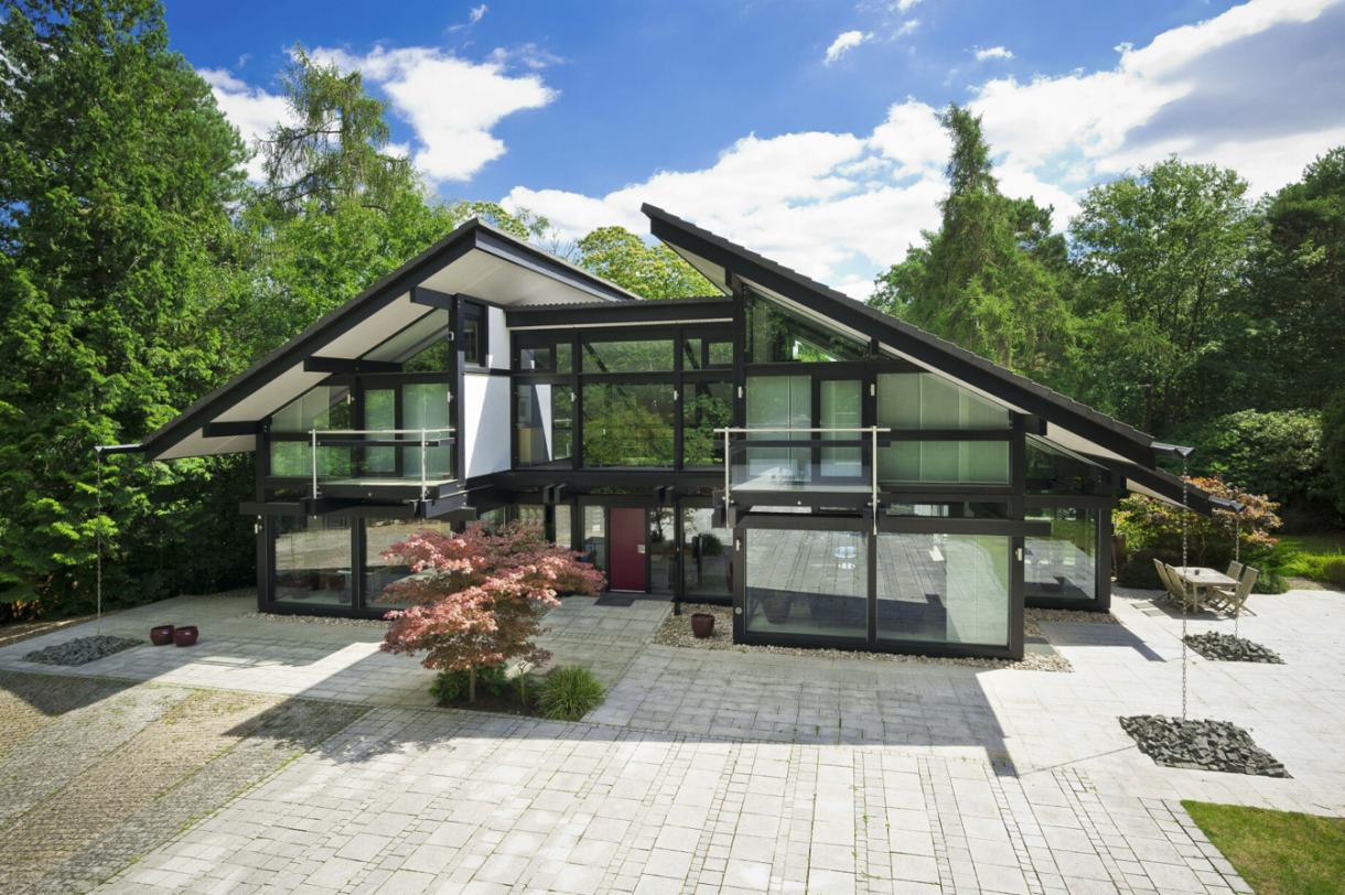 Domy sław, Dom Antonio Banderasa w Anglii na sprzedaż - Dom gwiazdy został zbudowany przez Huf Haus na działce o powierzchni ponad 4 000 mkw. Posiada 5 sypialni, z których 4 mają własną łazienkę.   Fot.Rex Features/East News