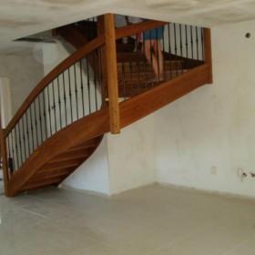Co pod schodami?
