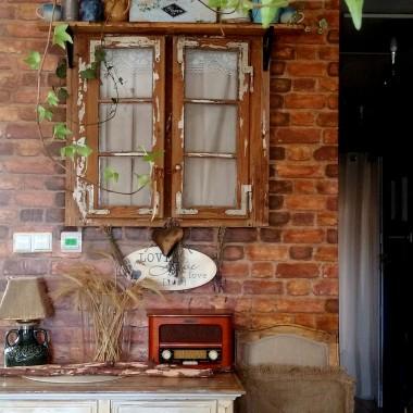 """Moja nowa, wymarzona dekoracja- autentyczne, prawdziwe okno darowane przez sąsiada. Pracy z czyszczeniem było mnóstwo, ale warto było! Myślę jeszcze nad tym, aby ścianę wycegiełkować starą zniszczoną zębem czasu cegiełką, aby powstał efekt """"starego domu"""" w domu&#x3B;))"""