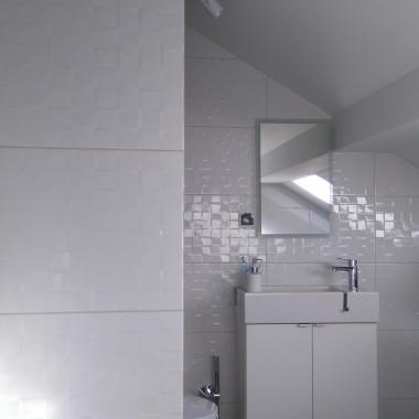 Toaleta zupełnie nieustawna. Przy wejściu komin i ściana karton gips, po prawej bardzo duży skos...Zrobiliśmy co się dało :) Większa umywalka by się nie zmieściła   ale jako dodatkowa toaleta oraz suszarnia przy sypialni zupełnie wystarczy :)