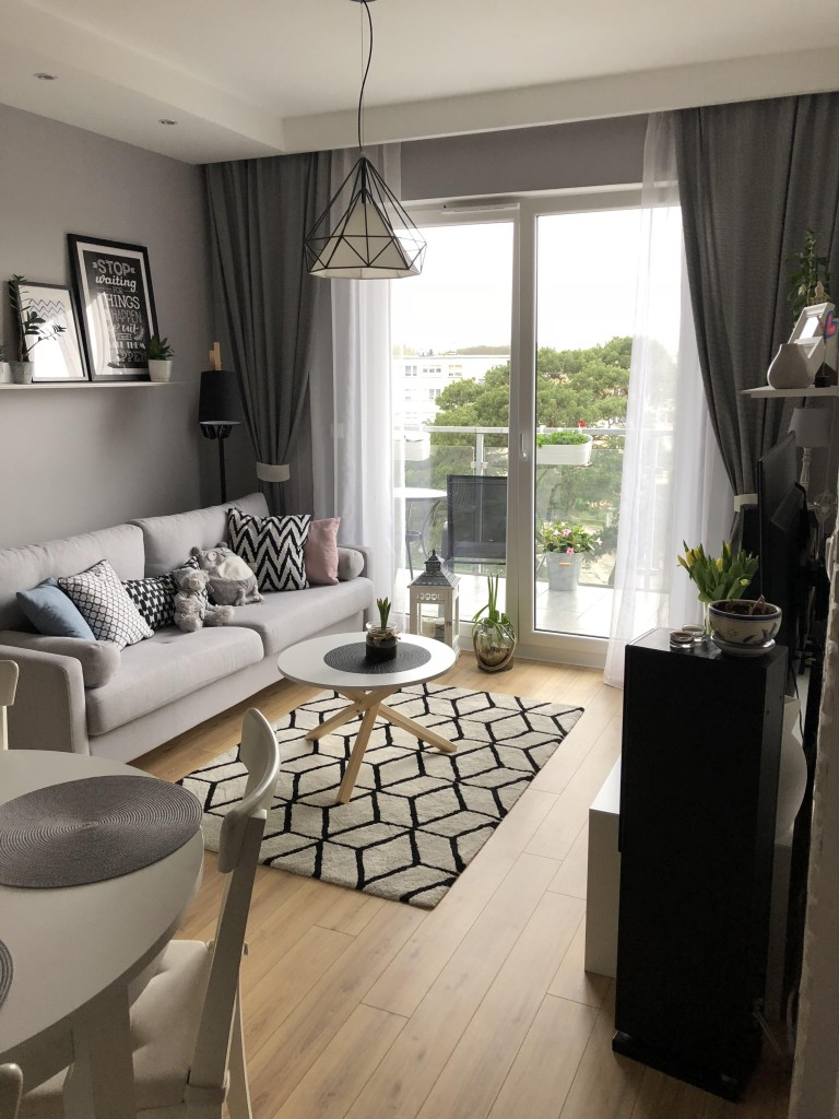 salon w nowym małym mieszkanku&#x3B;)
