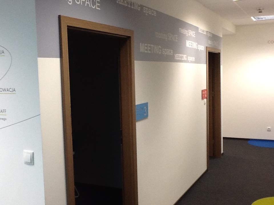 Gabinet, Kolorowe biuro Work Service Poznań - Korytarz