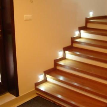 """Na załączonych obrazkach widok schodów oraz holu. Wkrótce dorzuce tez kuchnie oraz lazienkę i czesc salonu, gdyz nie jest jeszcze kompletny.Półki korytarzowe własnego pomysłu&#x3B;) Kolor wenge, jednak bez mlecznej szyby na """"plecach"""" jakby sie wydawało."""