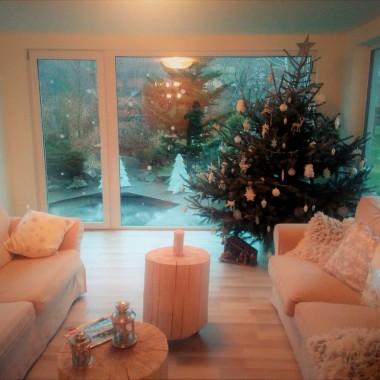 Ślę gorące pozdrowienia z naszego świątecznego domku.  W tym roku w lekko leśnym klimacie z dodatkiem wymarzonych płatków śniegu&#x3B;) Drzewko ubieraliśmy w wigilię a dekoracje tworzyłam do samego końca, przeplatając gotowaniem i pieczeniem. Sprawiło mi to wszystko ogromnie dużo radości. Niestety nie zdążyłam  z galerią przed świętami. Buziaki:*