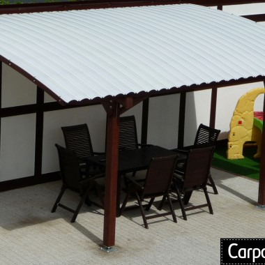 Zajmujemy się produkcją, dystrybucją i montażami zadaszeń tarasów. W swojej ofercie mamy standardowe propozycje, które mają około 18-19 m2 powierzchni po obrysie dachu. Wykonujemy również projekty indywidualne dopasowane do wymiarów tarasu. Pergole tarasowe wykonujemy z drewna klejonego. Materiał ten znacznie przewyższa drewno lite nie tylko jeżeli chodzi o parametry wytrzymałościowe ale również estetykę wykonania. Pokrycia dachów przez nas rekomendowane to najwyższej jakości poliwęglan lity Fastlock Uni bądź poliwęglan komorowy. Są to wysokogatunkowe produkty odporne na niesprzyjające warunki atmosferyczne w tym wysoką amplitudę temperatur, śnieg, grad. Szczegóły na naszej stronie internetowej.