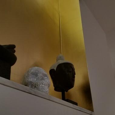 ściana wnękowa wyłożona płatkami szlagmetalu