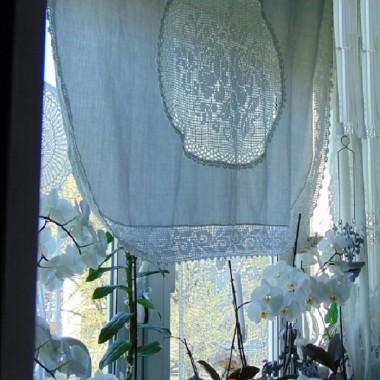 ...............i firaneczka w róże na drugim oknie..........