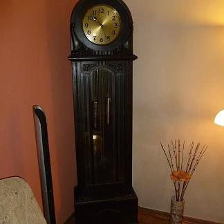 zegar stoi sobie na tle dwóch kolorków-który lepszy?????