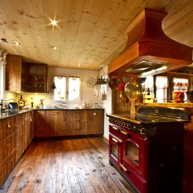 Kuchnia w stylu retro - stuletnie drewno i miedziana umywalka